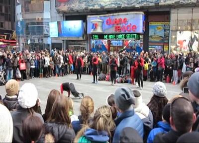 Times Meydanı'nda akrobatik dansa büyük ilgi