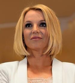Britney Spears saçlarını kestirdi