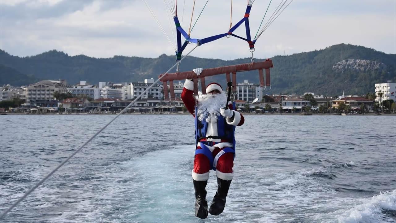 """Muğla'da """"Noel Baba"""" parasailing yaptı"""