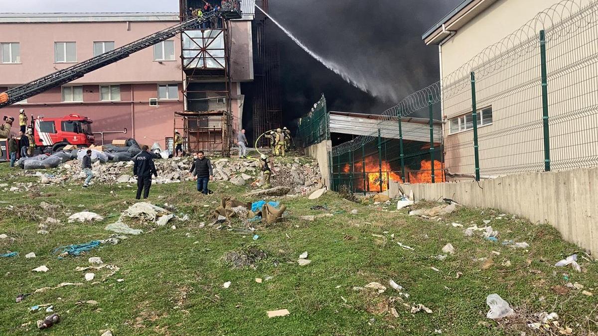Son dakika… İstanbul'da geri dönüşüm deposunda korkutan yangın