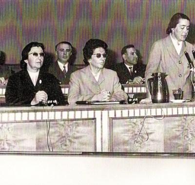 TIRANA 1971 - Congresso dell'Unione Donne Albanesi - Da sinistra a destra si vedono Hoxha (3°), Shehu (5°) e la moglie del dittatore (6°) al microfono...