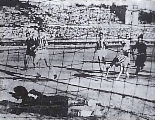 Una parata di Şükrü Ersoy su tiro di Panajot Pano in Fenerbahçe-Partizani 2-3