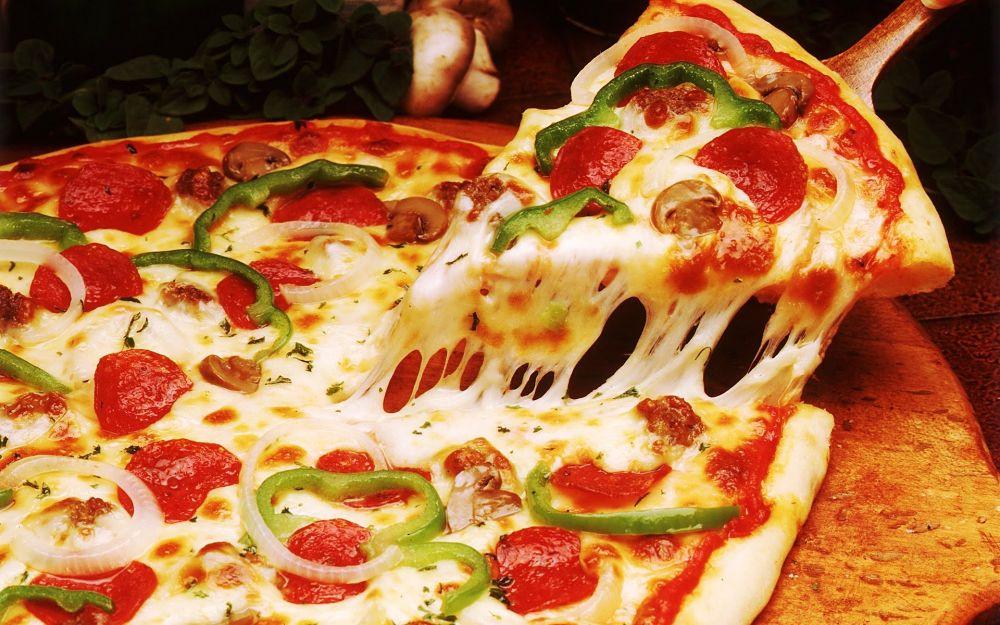 Pizza Ai Pepperoni piatti albanesi