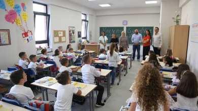 Ministro Dell'istruzione Albanese In Una Scuola
