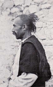 "Jäckh069: ""Albanian from the mountains of Koman, with a perçe [scalp lock]"" (Photo: Paul Traeger, ca. 1910)."