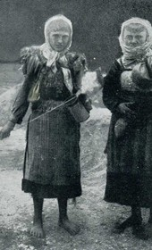 "Jäckh095: ""Two Highland women spinning and carrying water"" (Photo: Paul Traeger, ca. 1910)."