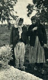 GM015: Two women at a grave, near Shkodra (Photo: Giuseppe Massani, 1940).