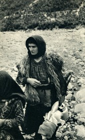 GM040: Shepherd woman of Shala with her spindle (Photo: Giuseppe Massani, 1940).