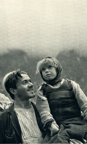 GM048: Father and daughter in Okol in the Shala Valley (Photo: Giuseppe Massani, 1940).