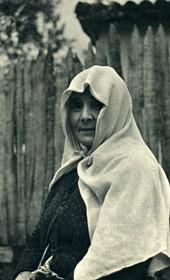 GM056: Peasant woman in Kruja (Photo: Giuseppe Massani, 1940).