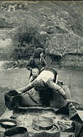 GM073: Peasant women making flour at Lin on Lake Ohrid (Photo: Giuseppe Massani, 1940).
