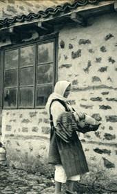 GM075: Peasant women at Lin on Lake Ohrid (Photo: Giuseppe Massani, 1940).