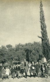 GM085: Giuseppe Massani and a group of schoolchildren in Himara (Photo: Giuseppe Massani, 1940).