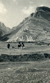 GM103: View of Këlcyra, with the residence (sarajet) of Ali Bey Këlcyra on the mountainside (Photo: Giuseppe Massani, 1940).
