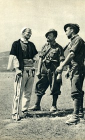 GM132: An Albanian talking to two Italian soldiers (Photo: Giuseppe Massani, 1940).