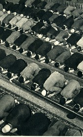 GM146: Muslims at prayer in Durrës (Photo: Giuseppe Massani, 1940).