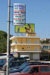 Hinweisschild auf Busverbindung Himara–Tirana (2010)