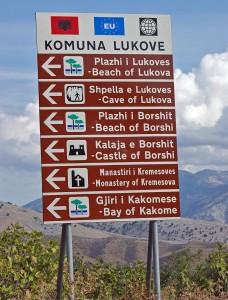 Touristischer Wegweise an der Albanischen Riviera