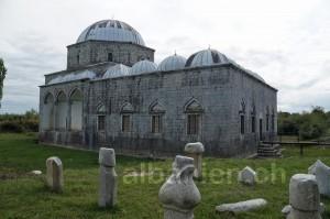 Bleimoschee und muslimische Grabsteine