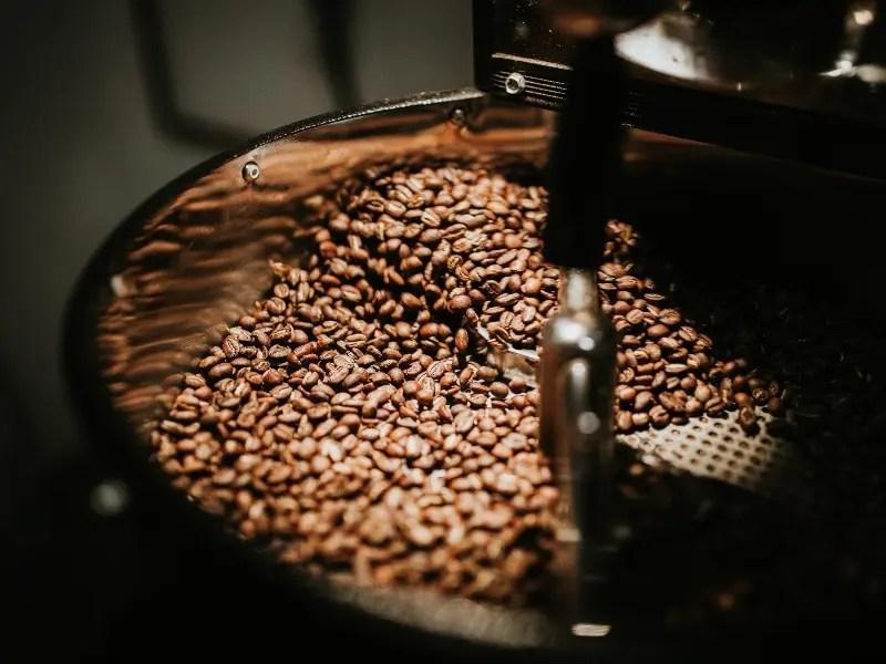 ما رأيك بفنجان قهوة مميز؟ فوائد مواعدة شخص يعشق القهوة
