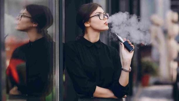 من فوائد السجائر الإلكترونية لا تترك رائحة حتى على الملابس