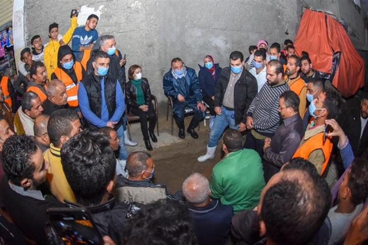 محافظ الإسكندرية يستمع لمشكلات المواطنين بعزبة المطار
