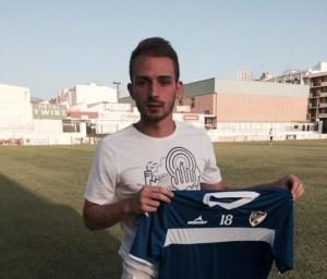 David Romero posa con la elástica del Linares | Linares Deportivo