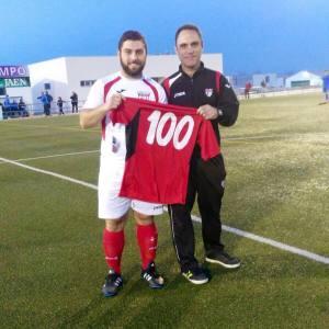 Jero posa con su camiseta de los 100 partidos   CD Hispania