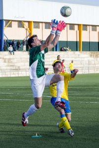 José Domingo atrapa un balón ante el Navas   Manuel Zapata