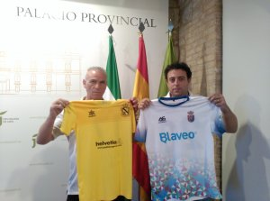 Los presidentes de Begíjar y Vilches posan con sus camisetas | Begíjar CF