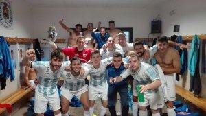 Los jugadores celebran su primera victoria | CF Arroyo