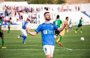 Curto celebra un gol de azulillo | Linares Deportivo