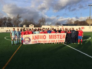 Los equipos saltaron con una pancarta para Simarro | Baeza CF