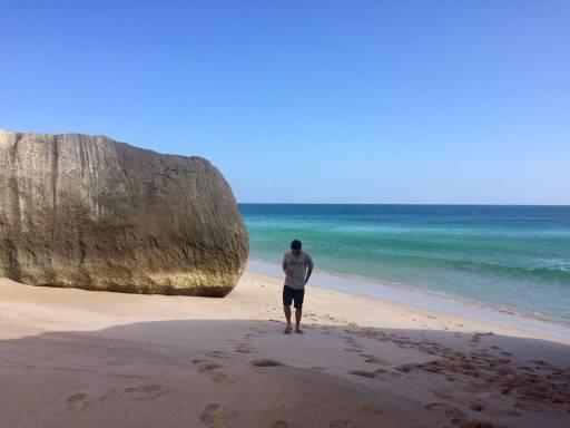 Passejant a la platja de les tortugues d'Oman