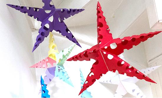 Vuoi arricchire il tuo albero di natale con decorazioni diverse dal solito? Lavoretti Di Natale Per Bambini Addobbi 3d Di Grandi Stelle Di Carta Colorate Da Appendere Al Soffitto Maestro Alberto