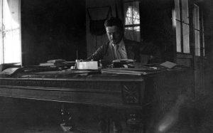 Albert Vigon à son bureau