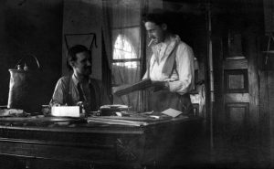 Albert Vigon et un collègue au bureau