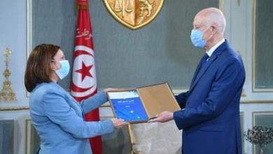 صورة رئيسة الهيئة العليا للمالية المحلية  تقدم تقريرها لرئيس الجمهورية
