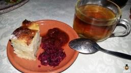 placinta cu branza si stafide alaturi de dulceata de trandafiri si un ceai de isop, salvie si lamiita
