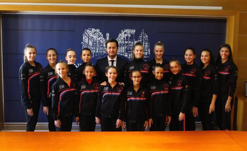 Dayana Ramos Zolotovskaya en el centro junto al alcalde y al resto de sus compañeras