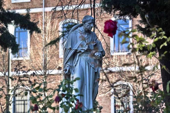 Escultura del Cardenal Cisneros en la Plaza de San Diego