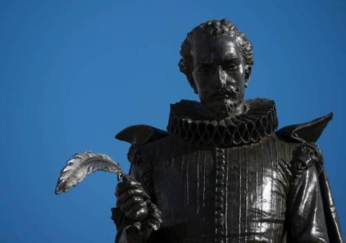 Escultura de Cervantes en Alcalá de Henares