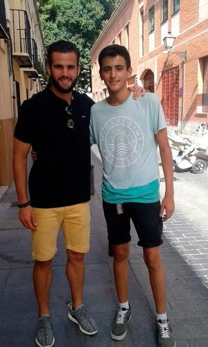 El futbolista alcalaino posa con un joven aficionado en la Calle Nebrija de Alcalá de Henares