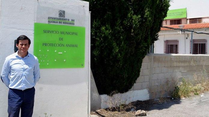 Marcelo Isoldi posa junto a la perrera municipal