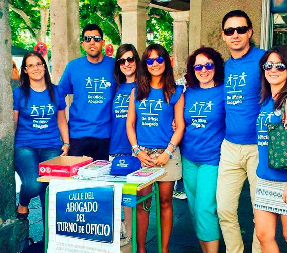 Martes 12 de julio.  La Agrupación de Jóvenes Abogados y Abogadas de Alcalá en la Plaza de Cervantes esquina  Calle Mayor. Foto cedida por el Colegio de Abogados.