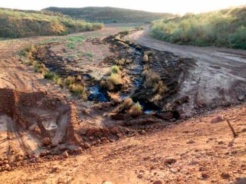 El dique construido y delante los residuos camino del arroyo que conduce al río Henares.