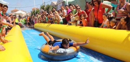 Un tobogán acuático de cien metros hará las delicias de los más queños. Foto remitida por el Ayuntamiento