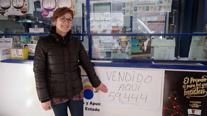 Mari Carmen Alonso, dependienta, nos muestra el número premiado. Foto de Pedro Enrique Andarelli