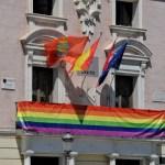 Bandera arcoíris en el balcón del Ayuntamiento por el Orgullo LGBT AH 21