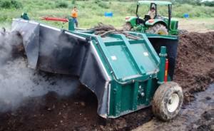 Maquina aireando el compost
